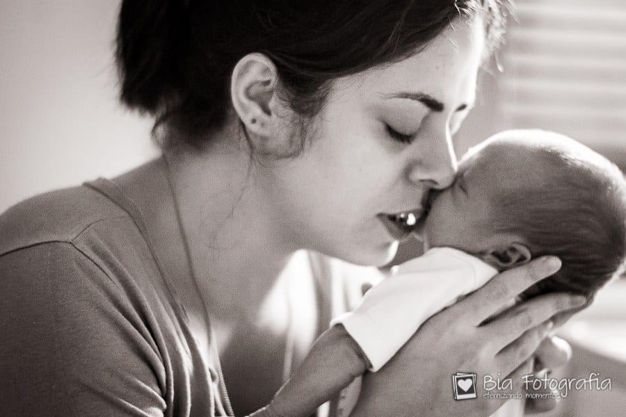 Luciana com o filho poucos dias após o parto (Foto: Bia Fotografia)