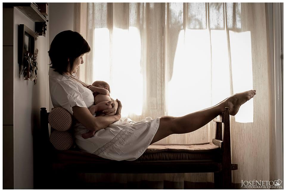 Mãe amamenta seu bebê (Foto: José Neto Fotografia Criativa)