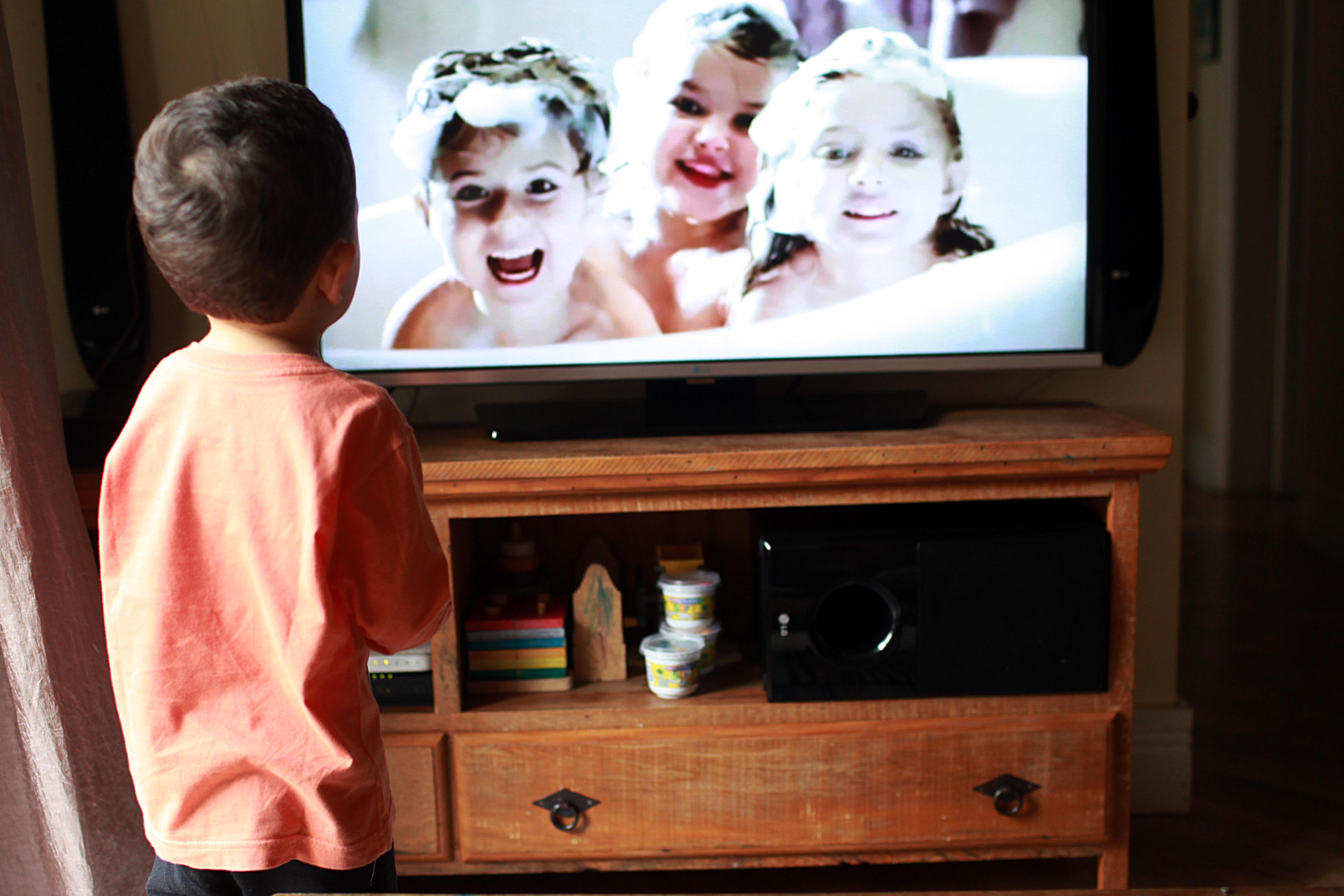 Crianças passam horas vendo propagandas na TV (Foto: Mães de Peito)