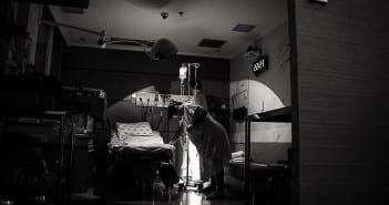 Gestante durante indução em sala de parto do São Luiz (Foto: Bia Fotografia)
