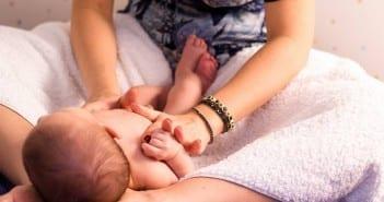 Mãe faz shantala em seu bebê; massagem acalma e melhora cólicas (Foto: Bia Fotografia)