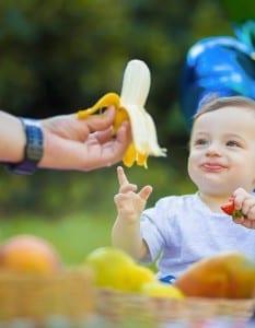 Mãe oferece banana para filho (Foto: José Neto Fotografia Criativa)
