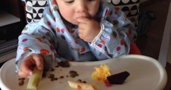 Arthur come de tudo e sozinho desde a introdução alimentar (Foto: Arquivo pessoal)