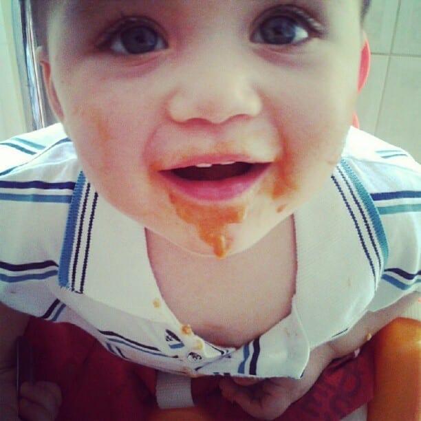 Criança se lambuza ao comer sozinha (Foto: Arquivo Pessoal)