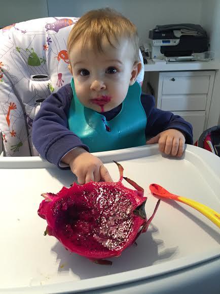 Bebê de oito meses come pitaya (Foto: Vilarejo Nutrição)