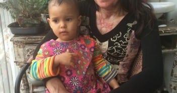 Marcela com a filha Gaia após o incêndio (Foto: arquivo pessoal)