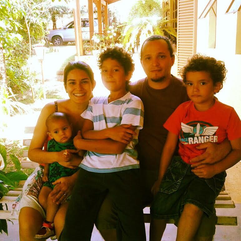 Marcela com o marido e os filhos antes do acidente (Foto: arquivo pessoal)