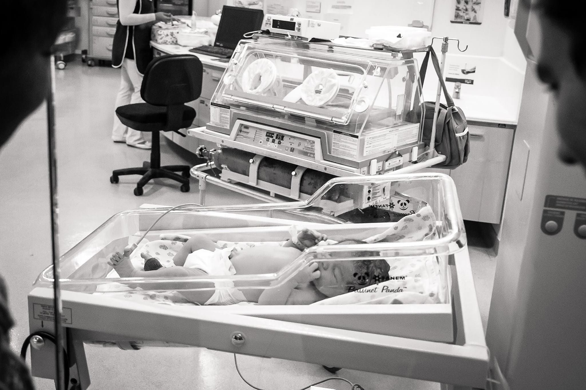 Bebê em observação no berçário da maternidade (Foto: Bia Fotografia)