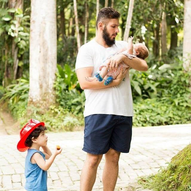 Thiago com os filhos Dante e Gael (Foto: Maíra Suarez Fotografia)