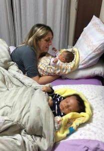 Avó coloca os netos para dormir (Foto: Arquivo Pessoal)