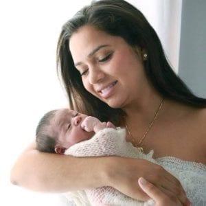Carina e o filho recém-nascido (Foto: Arquivo pessoal)