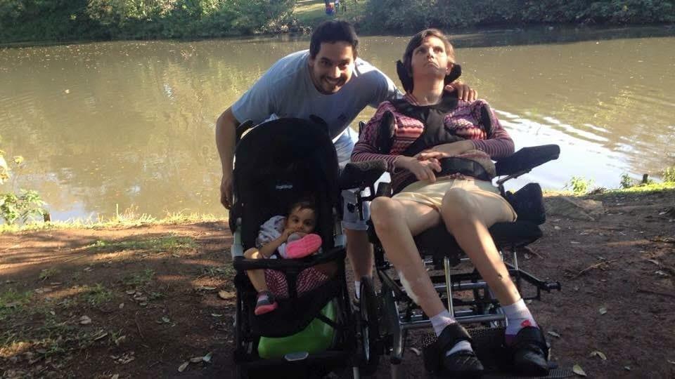 Eduardo com a mulher e a filha em passeio no parque (Foto: Arquivo pessoal)