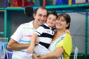Giovane com os pais em uma festa de aniversário (Foto: arquivo pessoal)