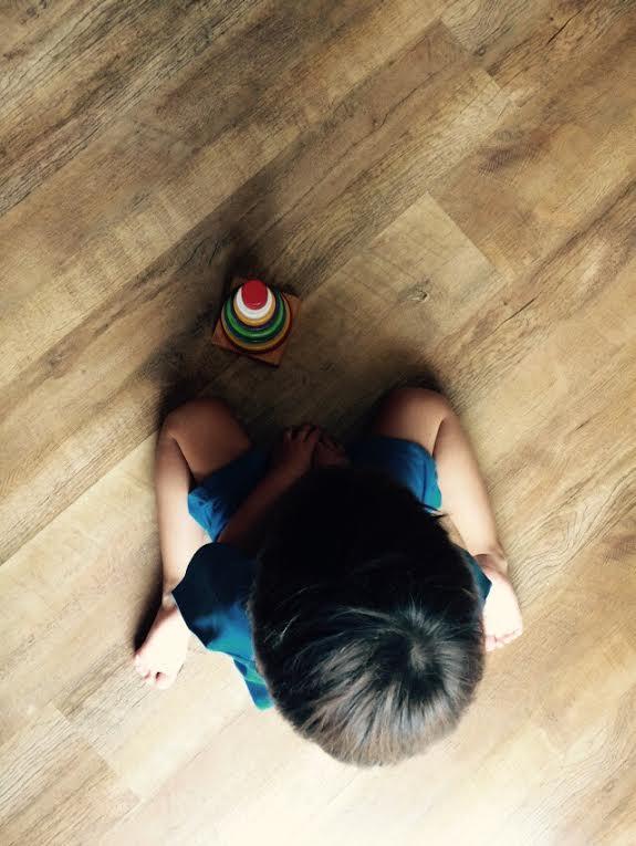 Sentar em W é uma das posições mais confortáveis para as crianças (Foto: Mães de Peito)