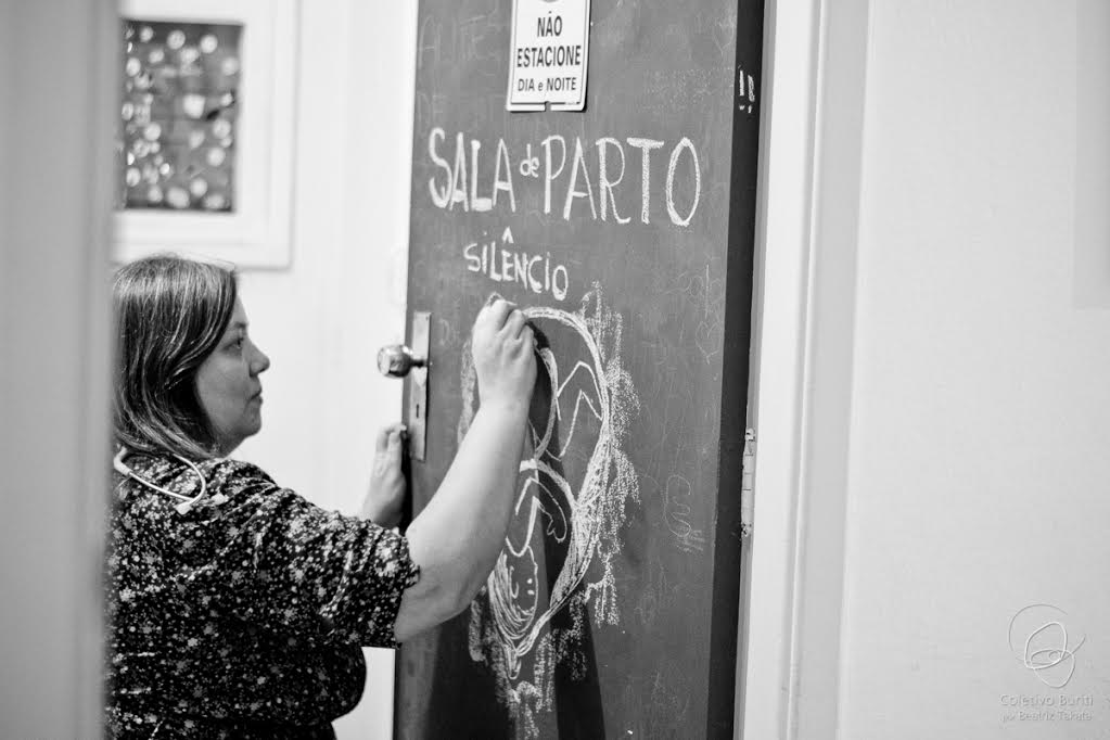 Obstetriz Ana Cristina Duarte durante parto domiciliar (Foto: Coletivo Buriti por Beatriz Takata)