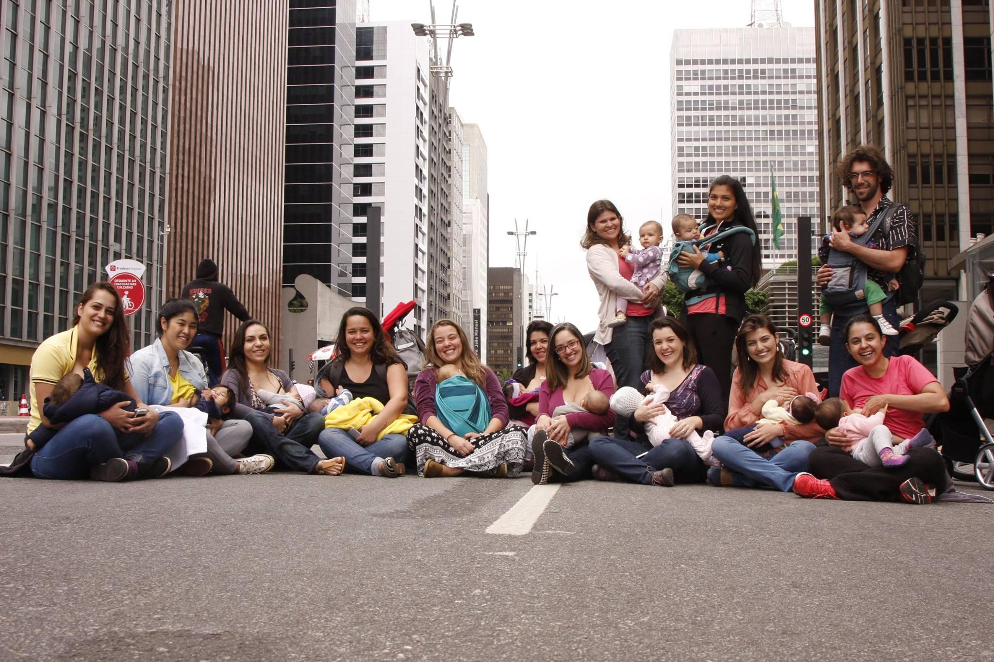 Mães amamentam seus bebês na Paulista (Foto: Marco Máximo)