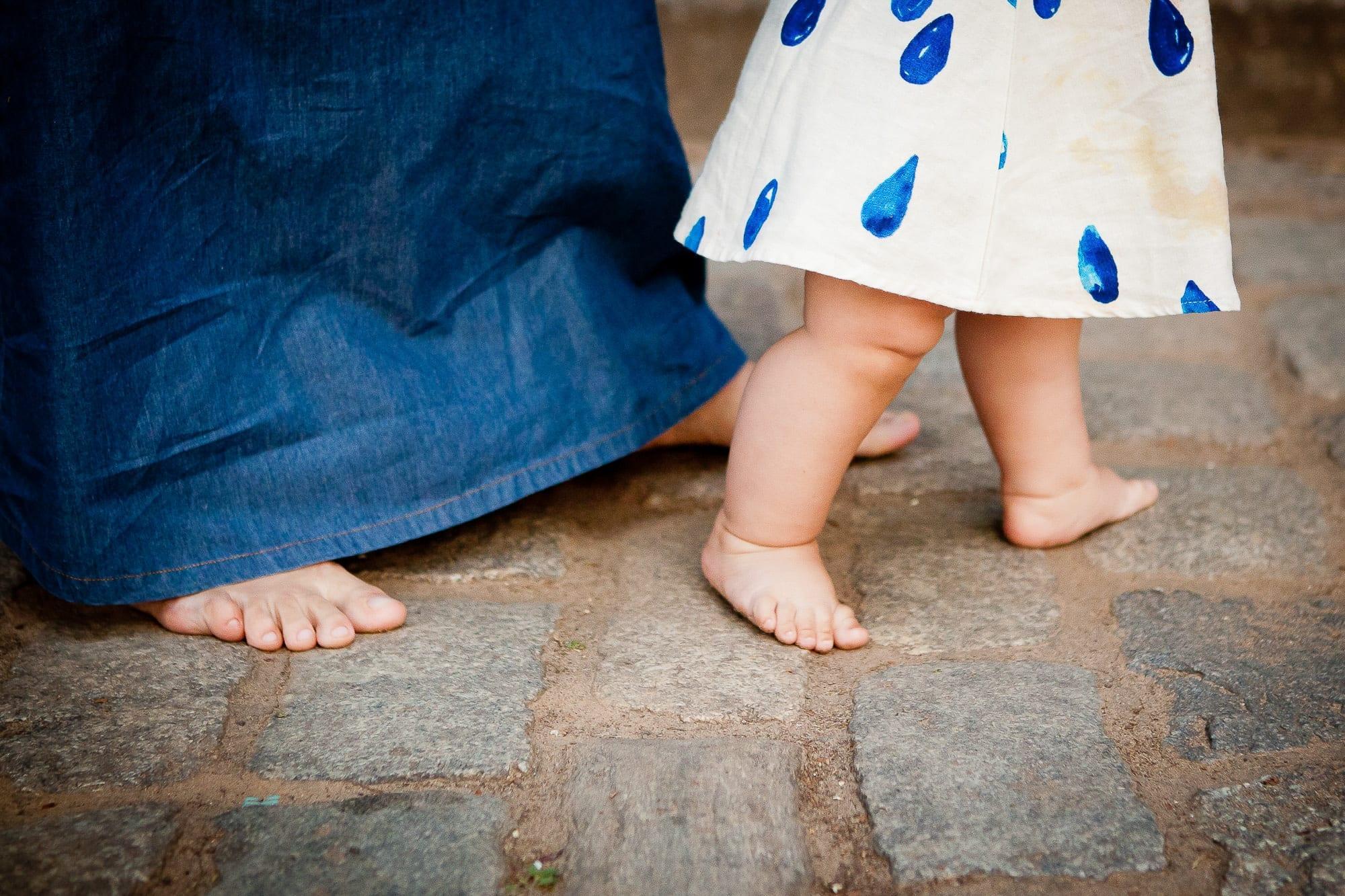 Mãe ajuda filha a dar os primeiros passinhos (Foto: Gabi Trevisan)