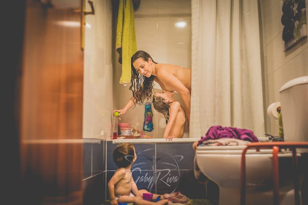 Mulher de fotógrafo amamenta filha de seis anos no banho