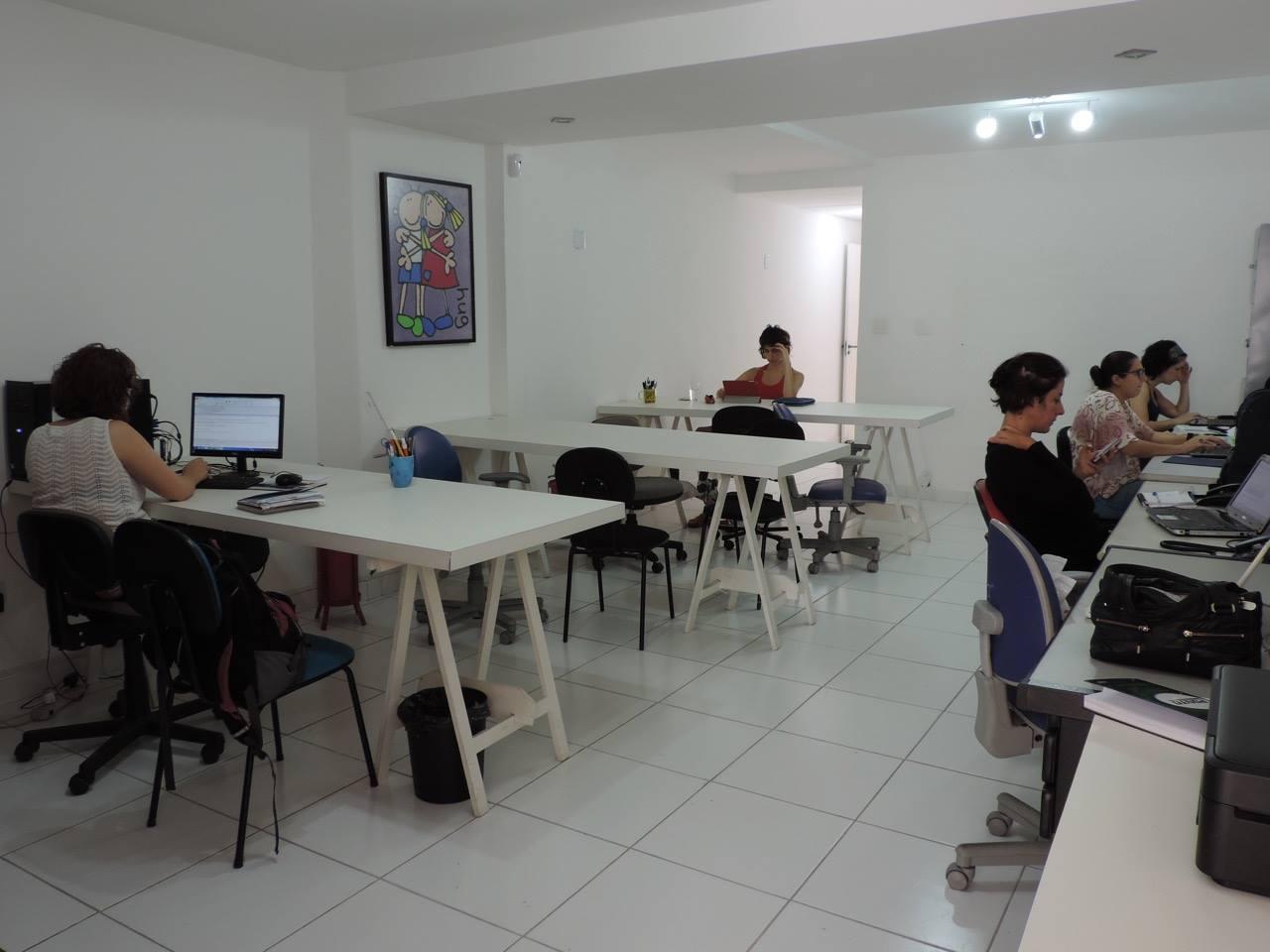 Coworking materno tem bancadas e cada profissional leva seu laptop (Foto: Divulgação)