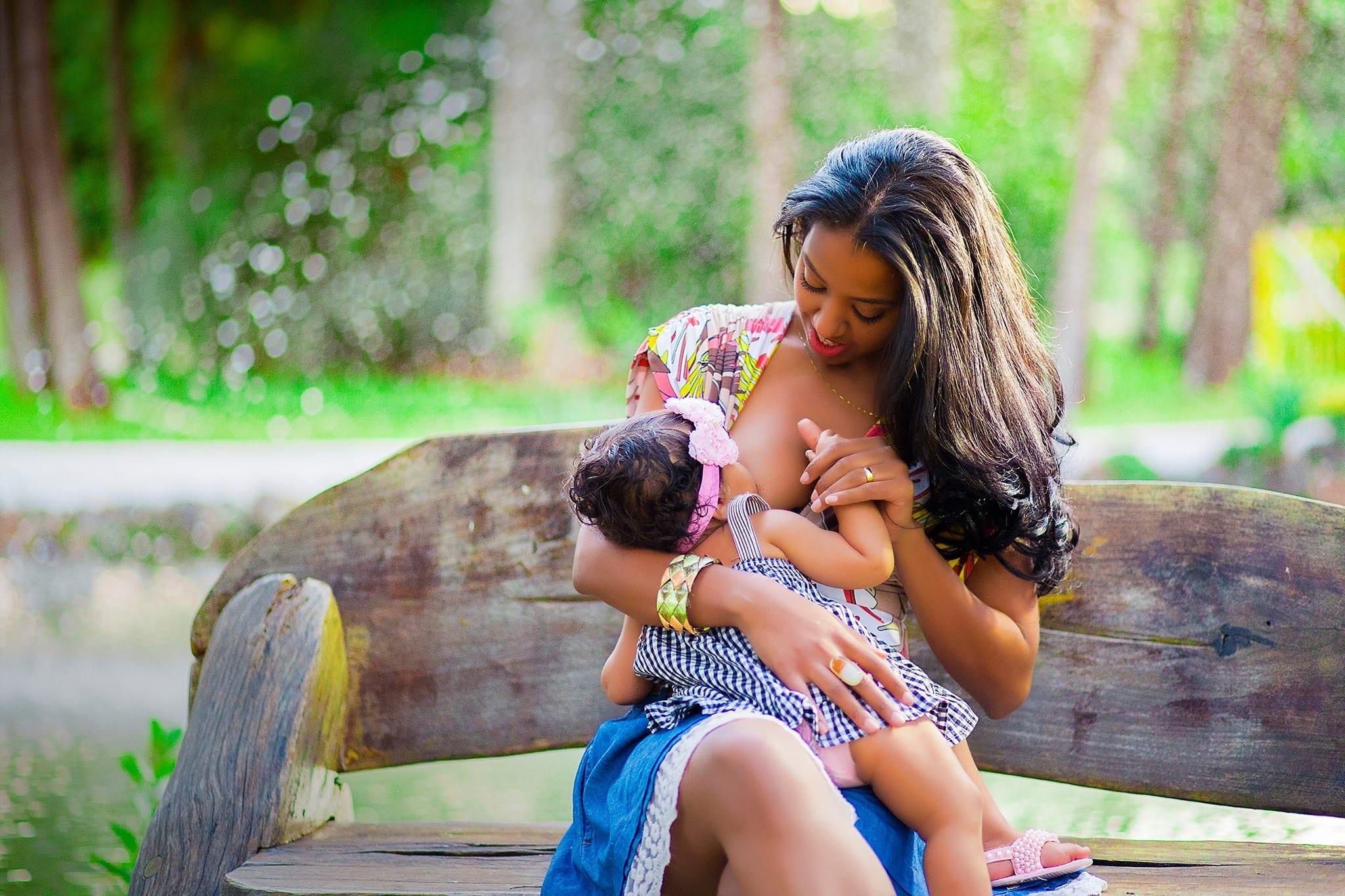 Mãe amamenta filha em parque (Foto: José Neto Fotografia Criativa)