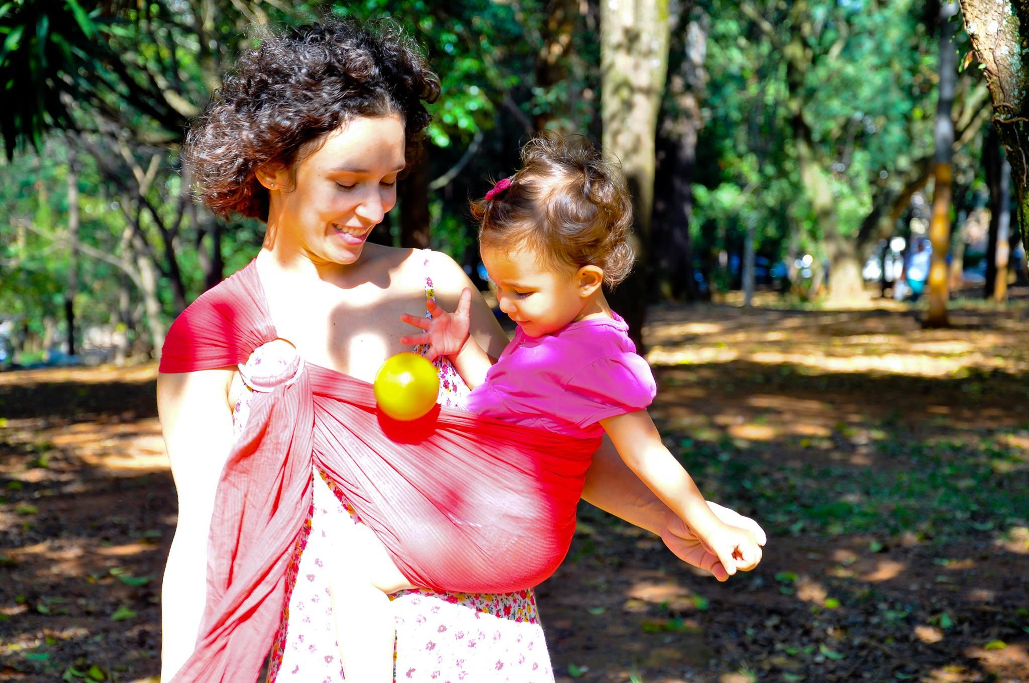 Mãe brinca com a filha usando sling de argola (Foto: Sampa Sling)