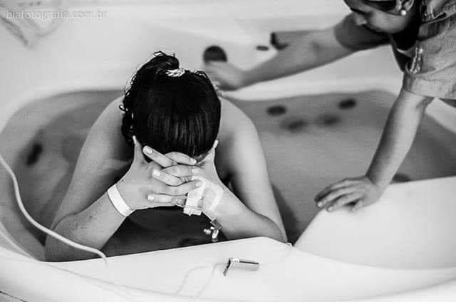 Mulher em banheira durante fase ativa do trabalho de parto (Foto: Coletivo Buriti por Bia Takata)