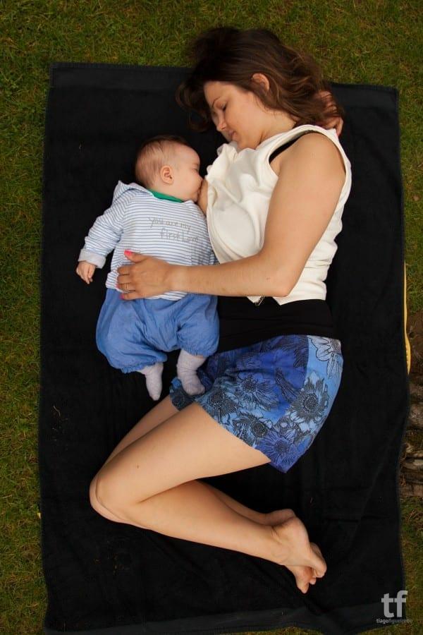 Mãe amamenta deitada; posição facilita descansar entre as mamadas (Foto: Tiago Figueiredo)