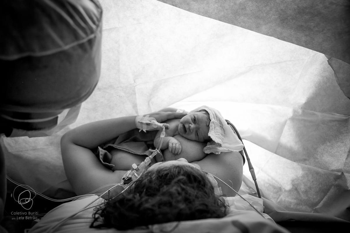Bebê no colo da mãe logo após o nascimento (Foto: Coletivo Buriti por Lela Beltrão)
