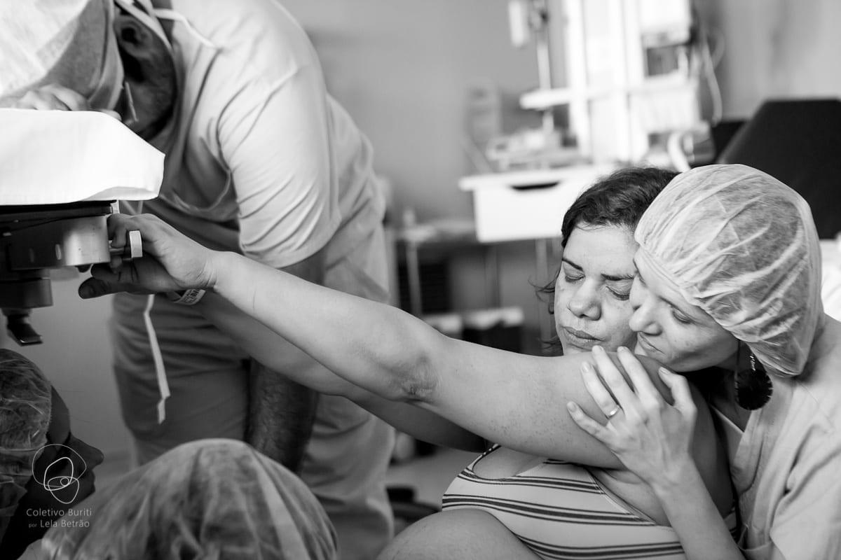 Mulher em trabalho de parto é apoiada por doula em hospital (Foto: Coletivo Buriti por Lela Beltrão)