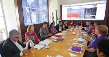 Prefeito durante evento do Dia Internacional da Mulher (Foto: Fábio Arantes/Secom)