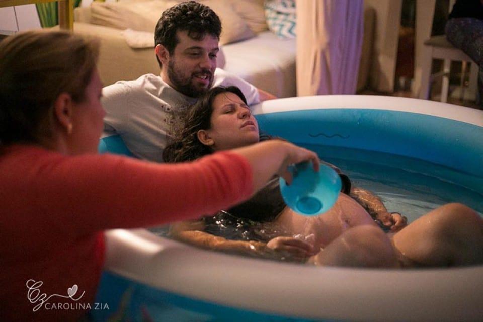 Casal na banheira durante parto domiciliar (Foto: Carolina Zia Fotografia)
