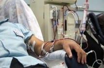 Paciente faz hemodiálise em clínica (Foto: Antonio Penedo)