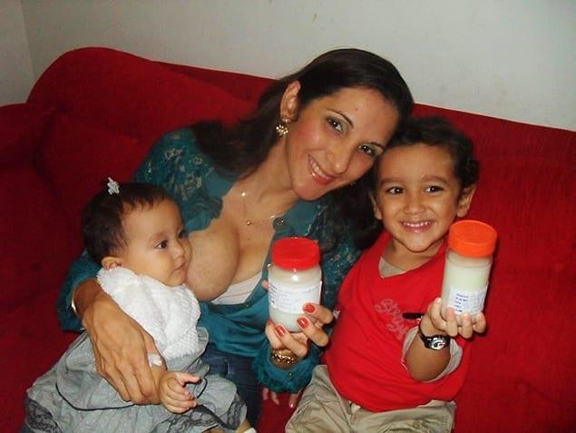 Michele mostra os vidros de doação com leite materno (Foto: Divulgação)