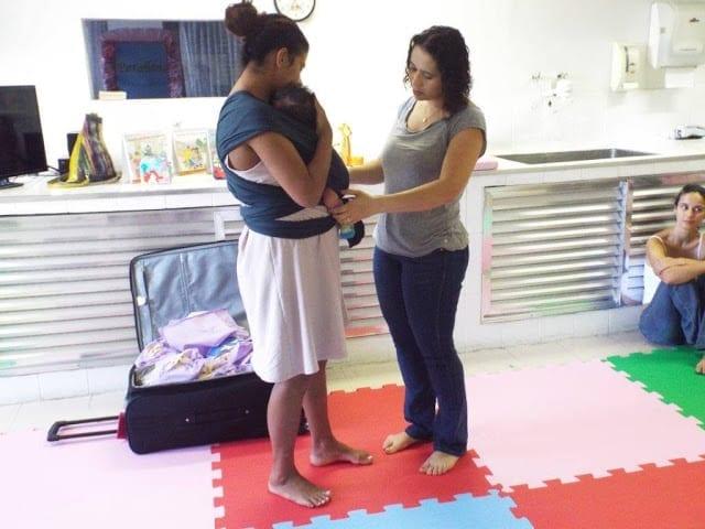 Rosangela ensina mãe a usar o wrap sling (Foto: Divulgação/Sampa Sling)