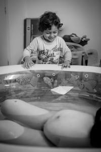 Benício brinca de barquinho durante o parto (Foto: Coletivo Buriti por Lela Beltrão)