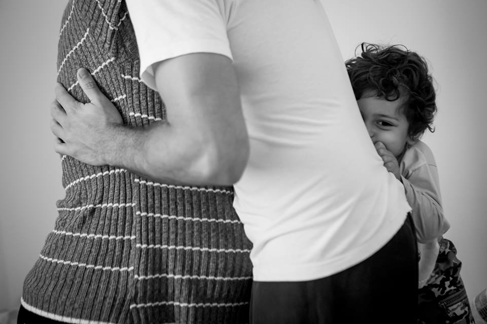Benício ao lado dos pais durante as contrações (Foto: Coletivo Buriti por Lela Beltrão)