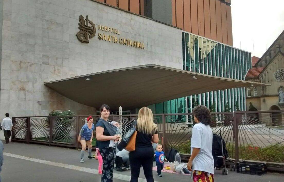 Grupo de mães faz mamaço na porta do hospital (Foto: divulgação)