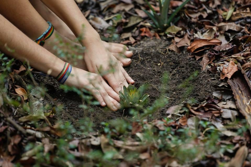 Crianças brincam na terra (Foto: Divulgação/Leella)