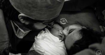 Pais beijam filho após cesárea intra-parto (Foto: Coletivo Buriti por Bia Takata)