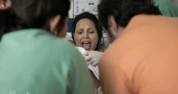 Reação da mãe ao pegar bebê no colo após o parto (Foto: Carolina Zia Fotografia)