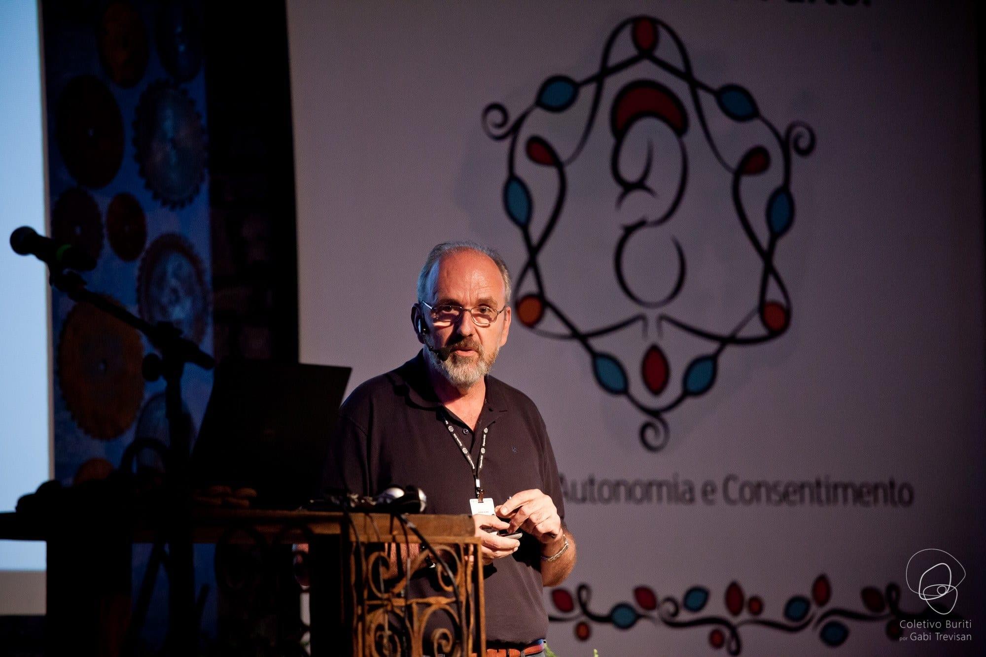 O médico Jorge Kuhn durante palestra no Siaparto (Foto: Coletivo Buriti por Gabi Trevisan)