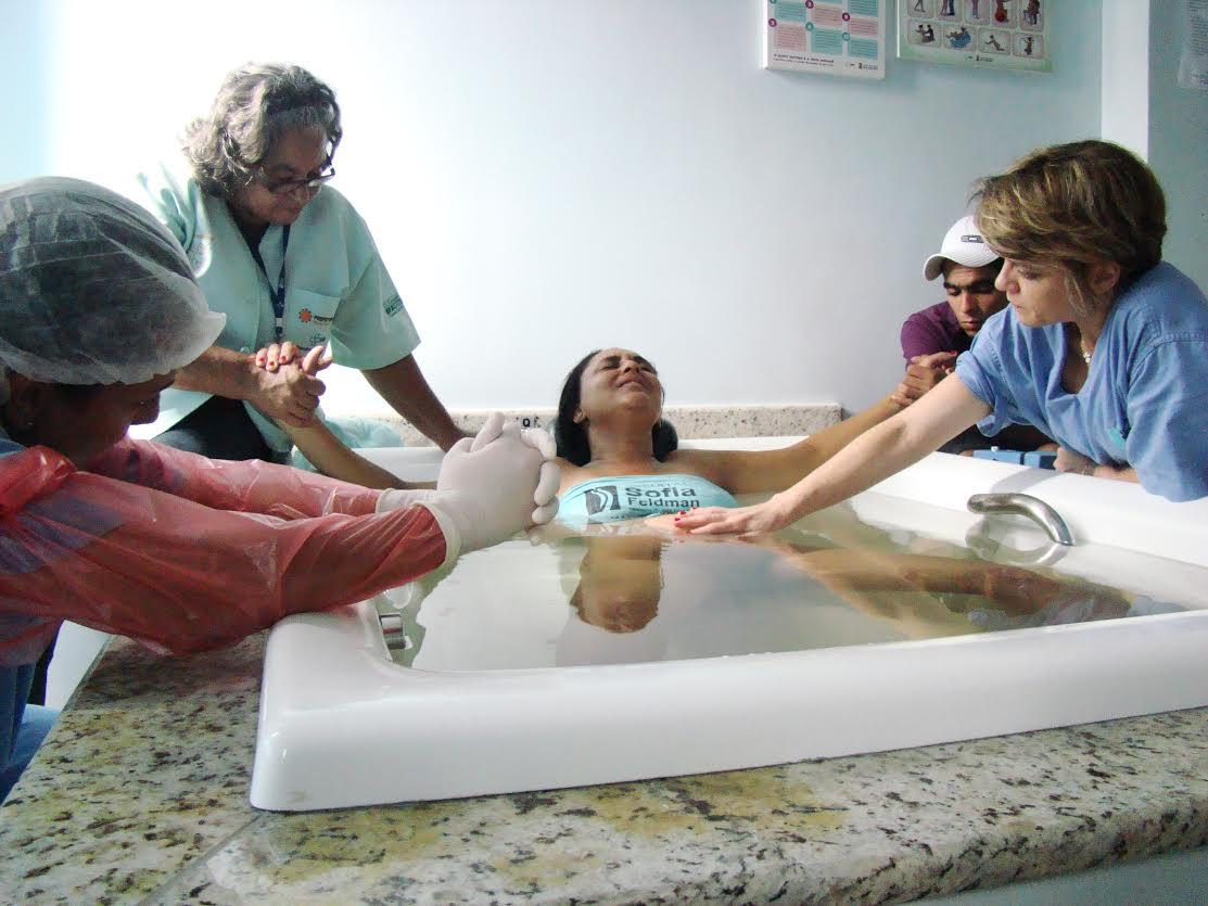 Mulher em trabalho de parto na banheira do hospital (Foto: Divulgação)