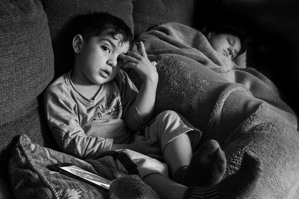 Mãe cochila ao lado do filho pequeno (Foto: Well Fernandes)