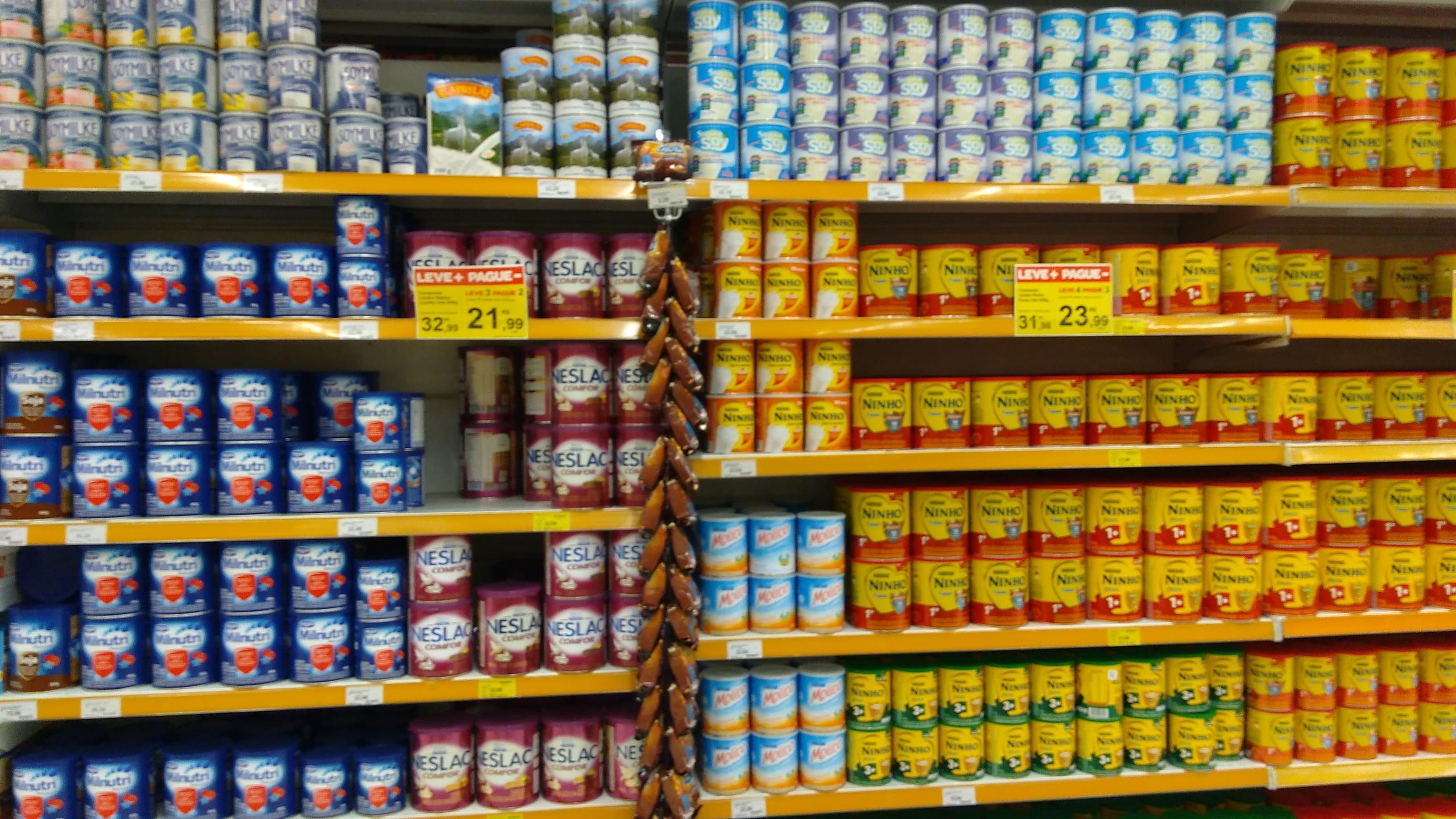 Promoção de diferentes marcas de leite em um supermercado (Foto: Mães de Peito)