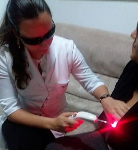 Consultora aplica laser na mama de paciente (Foto: Divulgação)