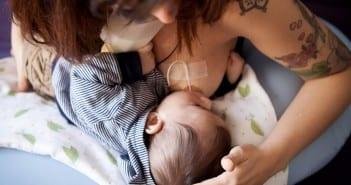 Mãe faz técnica de relactação para amamentar seu bebê (Foto: Gabi Trevisan)