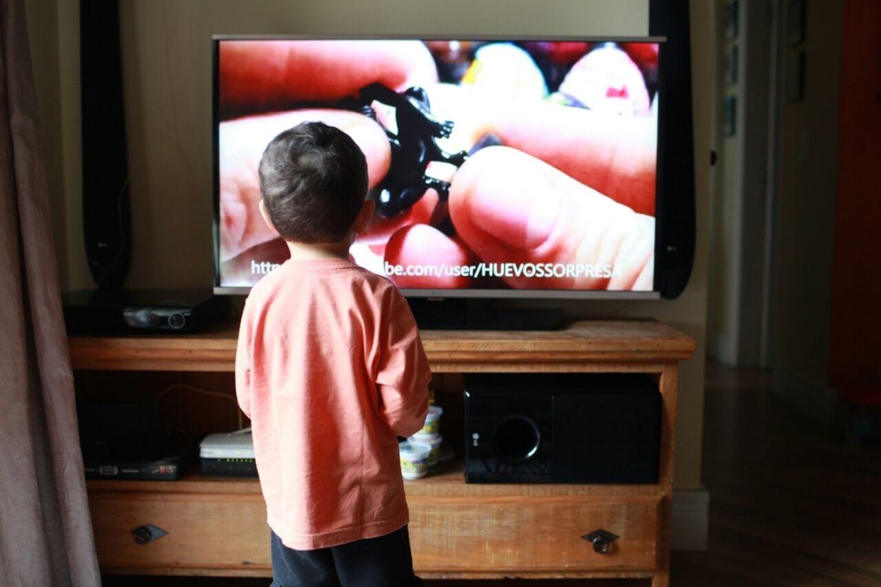 TVs podem passar programas sem se preocupar com o público que está assistindo (Foto: Mães de Peito)