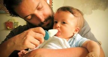 Bebê chupa picolé de leite materno para aliviar o calor (Foto: arquivo pessoal)