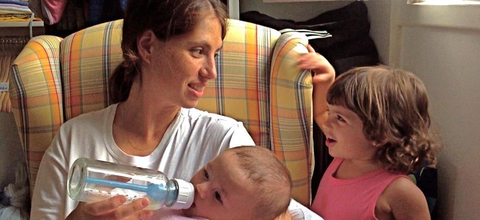 Luiza com os filhos Bento e Clarice; caçula recebeu leite materno com mamadeira (Foto: arquivo pessoal)