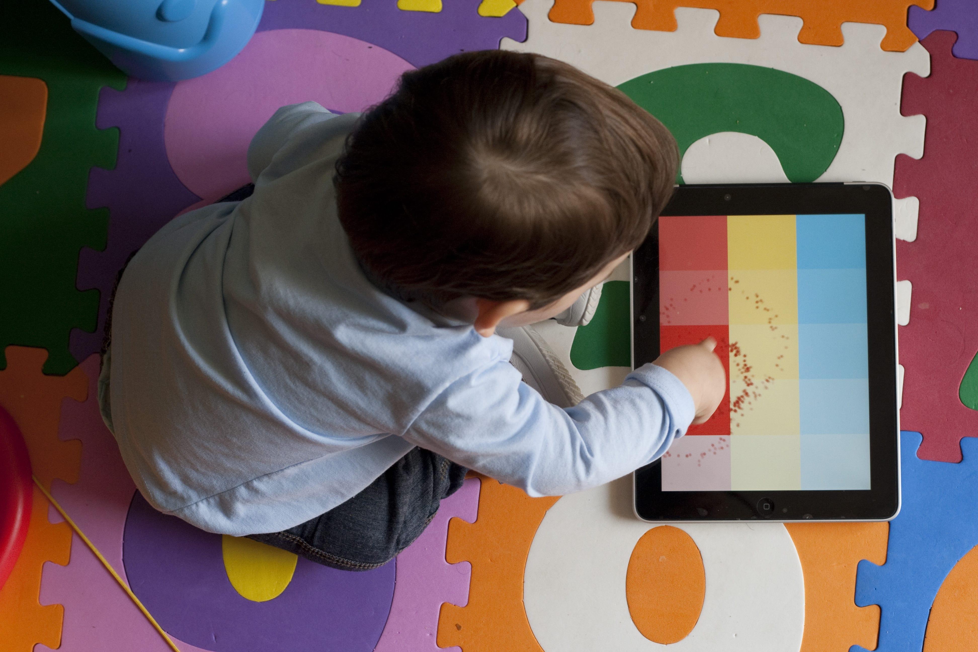 Bebês não devem ter acesso a tablets e celulares (Foto: Mães de Peito)